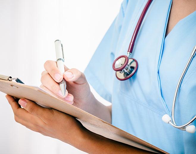 emergency-er-nurse-attentive-helpful